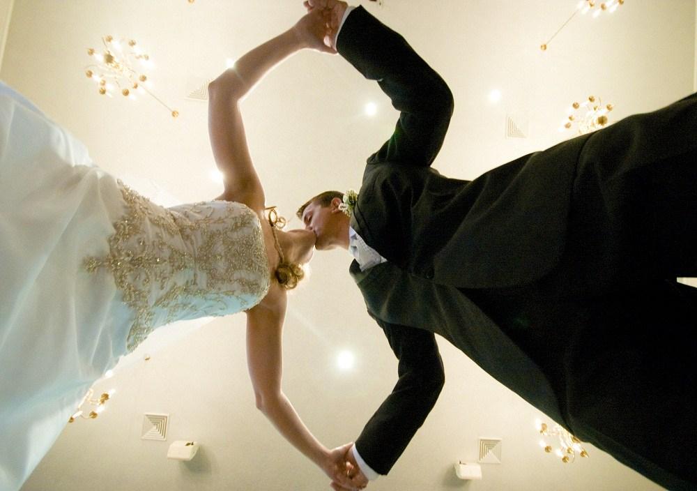 已婚女人如何管住老公,抵制來自婚外的情色誘惑呢?