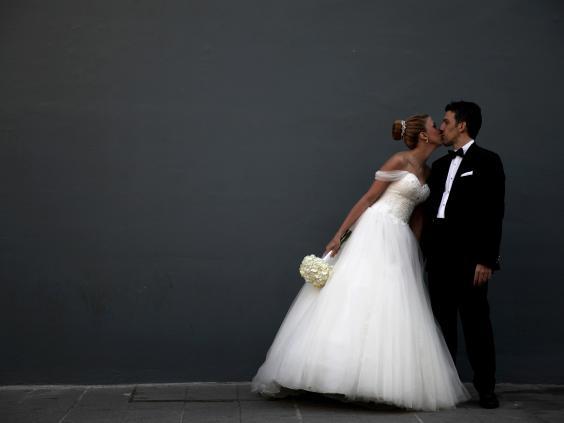 女性在婚姻遇到困難時做出改變,80%是最先提出的。