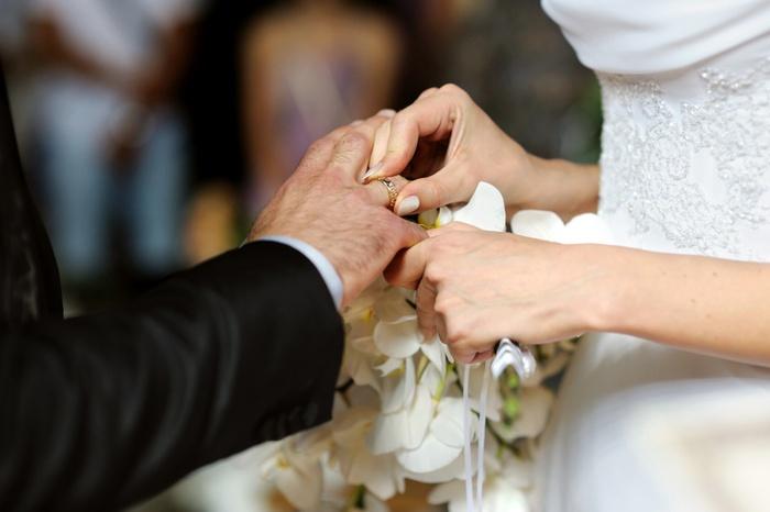 年輕人對待戀愛比較開放,情侶間要如何正確看待同居。