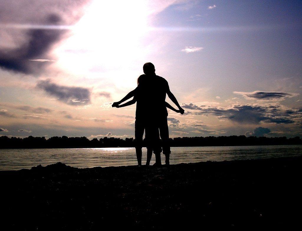 瑣碎事可以使對方感到關懷,18個方法修復你們的愛情。